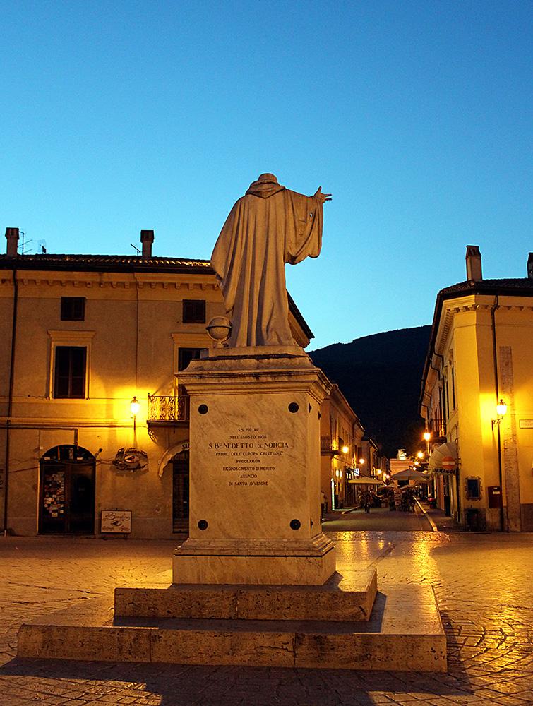 Norcia - statua di San Benedetto