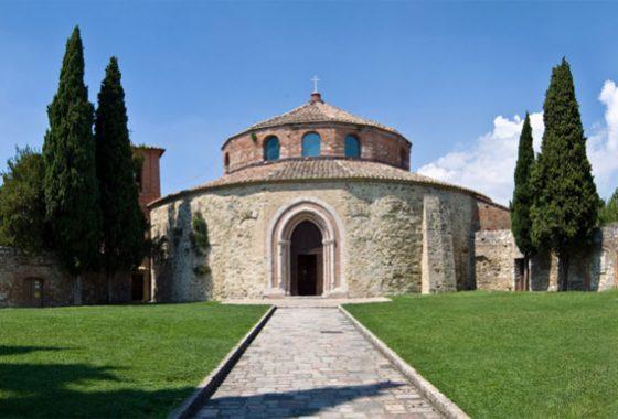 A piedi verso il tempio dell'Angelo